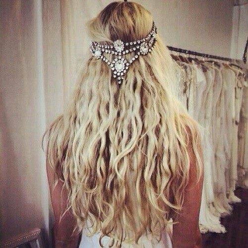 Волнистые блонд волосы с украшением